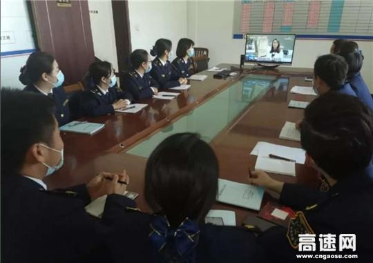 甘肃高速泾川所泾川东收费站组织职工观看《沿着高速看中国》