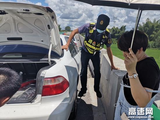 """广西玉林高速公路陆川路政执法一大队 烈日下的""""修车工"""""""