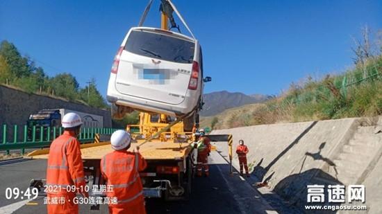 甘肃高速武威清障救援大队妥善处置一起小车驶入边沟事故