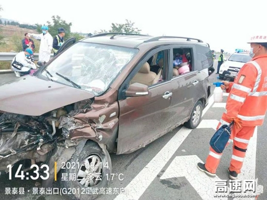 甘肃高速武威救援大队快速处置一起小车撞护栏事故