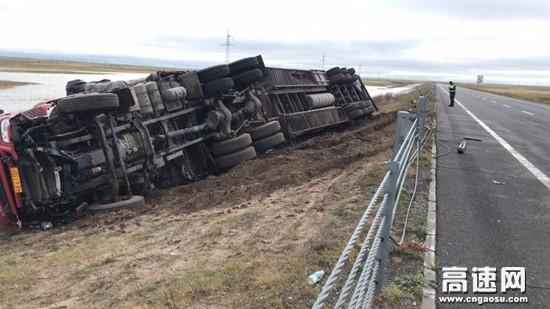 内蒙古阿木古郎养护工区及时修复破损悬索护栏