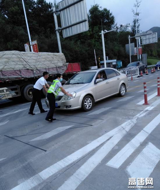 小车故障抛锚 收费员伸出援手--江西交投赣州管理中心于都东收费站