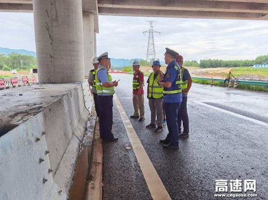 中秋不打烊,广西玉林高速公路博白路政在岗保一方畅通