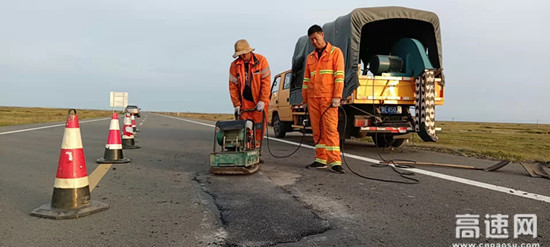 车行万里路 人车保平安--内蒙古阿拉坦额莫勒养护工区
