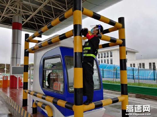 甘肃平凉所华亭北收费站开展路域环境整治