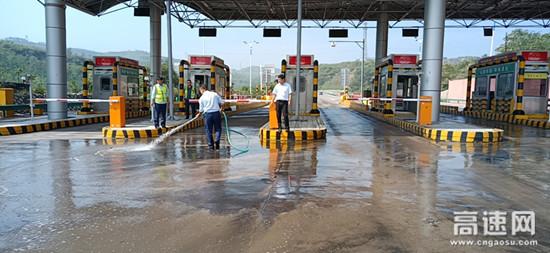 山西霍州西收费站对车道淤泥进行清洗