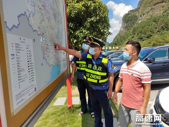 广西柳州高速公路南丹大队化身指路人 暖心服务司乘人员