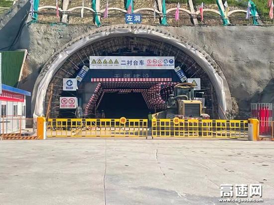 渝武项目三分部中梁山隧道左洞出口顺利掘进百米