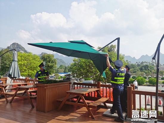 广西柳州高速公路南丹大队国庆节服务区便民行动 落实为民办实事