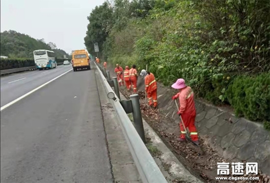 湖南长沙杨梓冲养护加大力度做好保洁工作 保安全促畅通