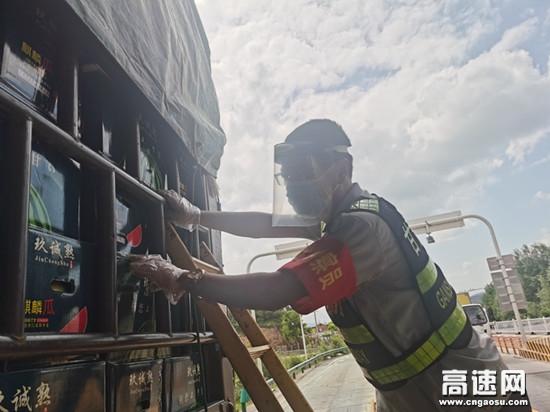 """国庆假期坚守一线岗位的""""守护者""""--甘肃泾川高速公路"""