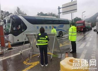 甘肃泾川所泾川西收费站全力做好降雪天气防滑保畅工作