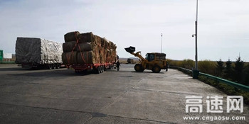 内蒙古公投呼伦贝尔分公司罕达盖收费所助人为乐暖人心