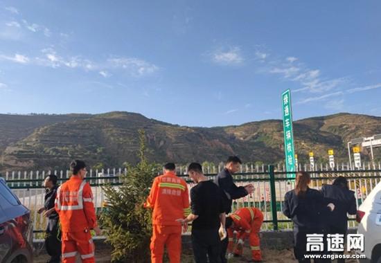 甘肃高速静庄所南湖收费站人人动手,清洁环境,创建文明之家