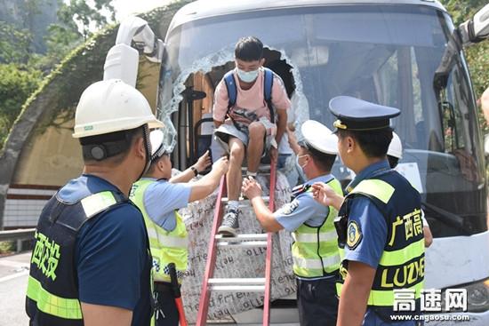 国庆出行遇险情受困,警路企三方砸窗救人--广西高速河池大队