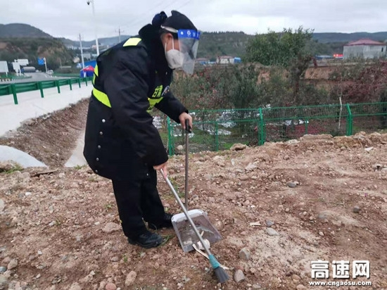 甘肃高速万泉收费站组织志愿者开展环境卫生大扫除活动