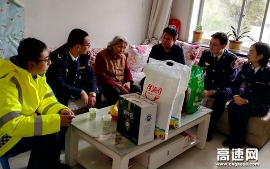 """甘肃高速泾川西收费站开展""""敬老月""""活动"""