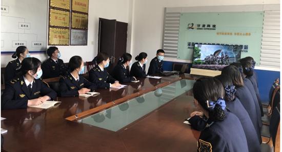 甘肃泾川所白水收费站组织观看爱国电影