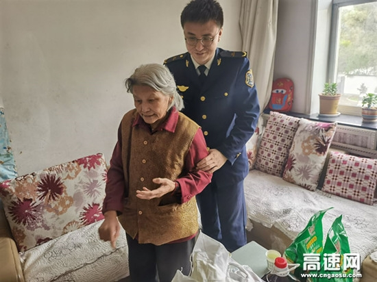 """甘肃泾川东收费站开展""""敬老月""""活动"""